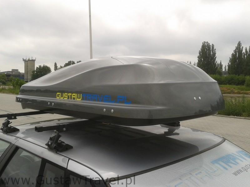 bagażnik dachowy przyczepiony do auta
